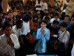 Aung San Suu Kyi took time to pray at the monastery in Mandalay