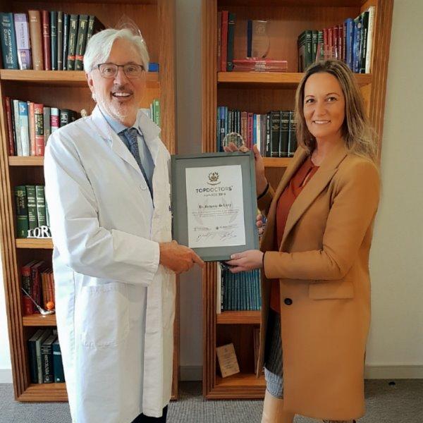 Raquel Solano de Top Doctors entrega en Barcelona el Premio Top Doctors Awards 2018 al Dr. Antonio de Lacy