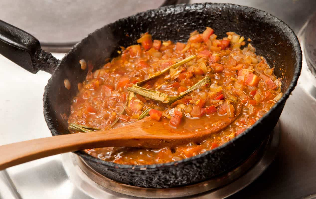 haciendo salsa de curry