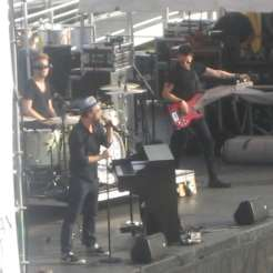 gavin-degraw-and-his-band-on-stage-at-2013-concert_9410062699_o