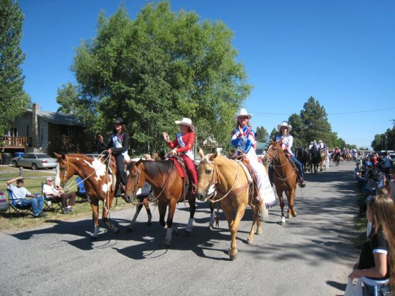 Immagine titolata Rodeo Queens at the Fourth of July Parade in Lewiston 656