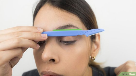Immagine titolata Shape Your Eyebrows with a Razor Step 12