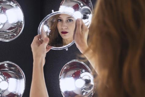 riflesso del viso allo specchio