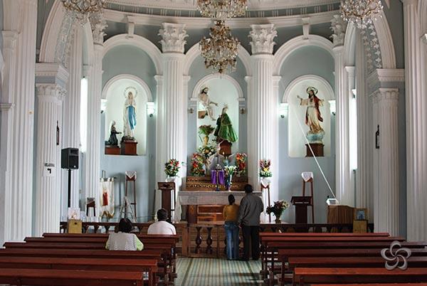 Altar mayor con sus tres nichos.