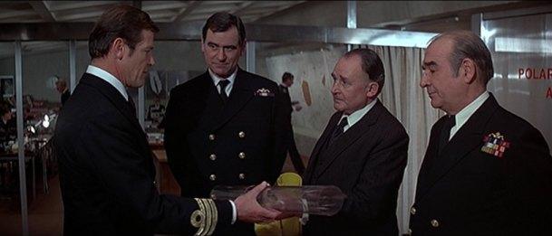 4 personnages récurrents : le Commander Bond, Georges Baker dans le rôle du capitaine Banson, le ministre de la Défence et l'Amiral Hargreaves (futur M)