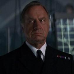 Amiral Roebuck Demain ne meurt jamais (joué par Groffrey Palmer)