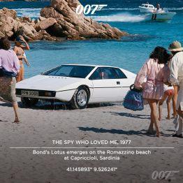 """La Lotus de Bond émerge sur la plage de Romazzino à Capriccioli en Sardaigne. Le producteur Albert """"Cubby"""" Broccoli a contacté Lotus pour la première fois après avoir vu la nouvelle Lotus Esprit garée devant le Studio Pinewood à Londre. Non seulement a-t-il adminé les capacités de la voiture, mais la structure du fibre de verre de la voiture a également inspiré le département des effets spéciaux à l'améliorer pour le film."""