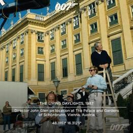 Le réalisateur John Glen sur les lieux du tournage de Tuer n'est pas jouer à Vienne en Autriche : le Palais et les jardins de Schönbrunn. Le palais en question est long de 180 mètres et possèdent 1200 chambres.