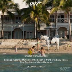 Solange (Caterina Murino) sur la place devant l'Albany House sur l'île de New Providence aux Bahamas. Cette maison a été possédée au départ par le réalisateur français Jean Chalopin, créateur de l'Inspecteur Gadget et sert aujourd'hui de résidence de Luxe.