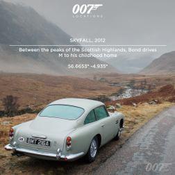 """Entre les pics des Highlands écossaises, Bond conduit M à sa maison d'enfance. Dans l'avant dernier livre de Ian Fleming """"On ne vit que deux fois"""", le créateur de James Bond rajoute un fond familial à OO7, en écrivant que son père est de Glencoe en Écosse. Les montagnes de Glencoe contiennent certaines des plus vieilles strates de roche volcanique du monde et servent de décors pour le voyage iconique de Bond et M en Aston Martin DB5."""