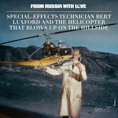 Le responsable des effets spéciaux Bert Luxford devant la maquette d'hélicoptère utilisée pour simuler son explosion sur la colline.