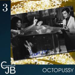 Le premier scénario d'Octopussy prévoyait le retour de Blofeld comme principal adversaire, face à un groupe de contrebandiers de lingots d'or parfois impliqué dans des opérations d'espionnage de faible envergure, avec pour chef Octopussy. Blofeld avait l'intention de remplacer M à la tête du MI6 par Villiers, chef de cabinet de M et taupe de Blofeld. M est assassiné, Moneypenny renvoyée, et Bond accusé d'être un agent double. En fuite, 007 collabore avec Octopussy et Kamal Khan, un de ses anciens camarades d'études, qui travaille pour la résistance afghane, afin de vaincre Blofeld, et son chef militaire Dexter Smythe. Toute ressemblance avec Tuer n'est pas jouer et SPECTRE est tout à fait fortuite. Pour en savoir plus : https://www.commander007.net/2013/06/les-secrets-d-octopussy/