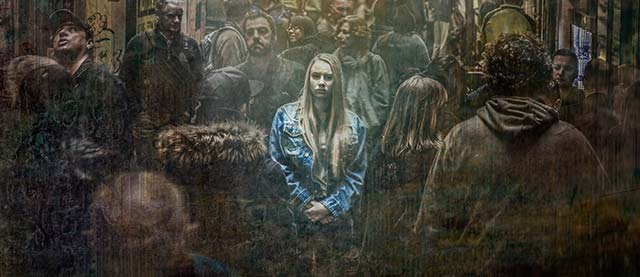 Hypnose et hypnothérapie pour combattre le stress et l'anxiété : femme dépressive perdue au milieu d'une foule menaçante.