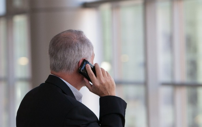 alter mann spricht übers telefon