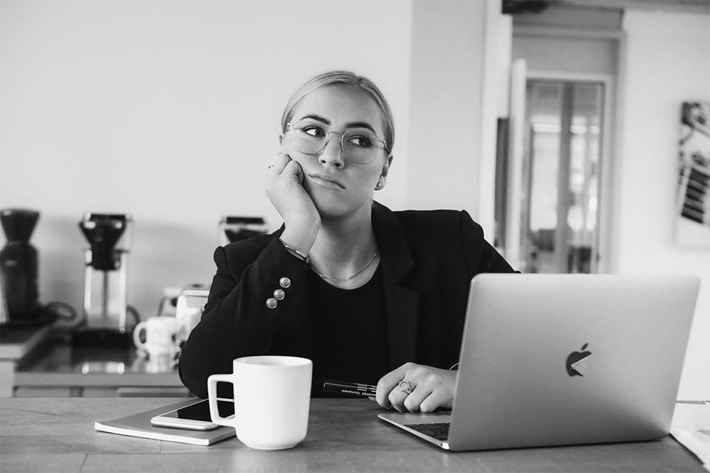 Frau vor einem laptop gelangweilt