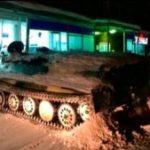 Un ruso usa un tanque del ejército para conseguir botella de vino
