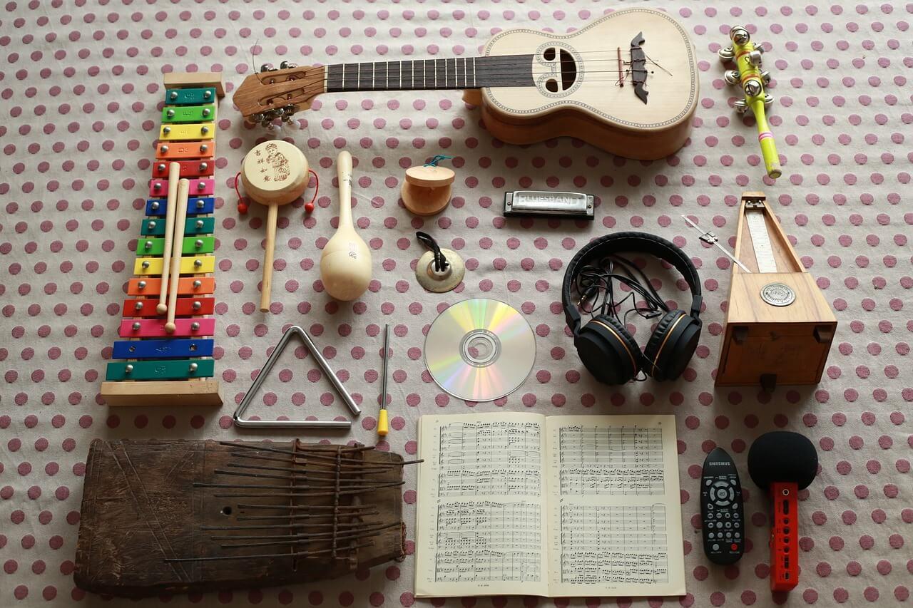 como tocar ukulele objetos