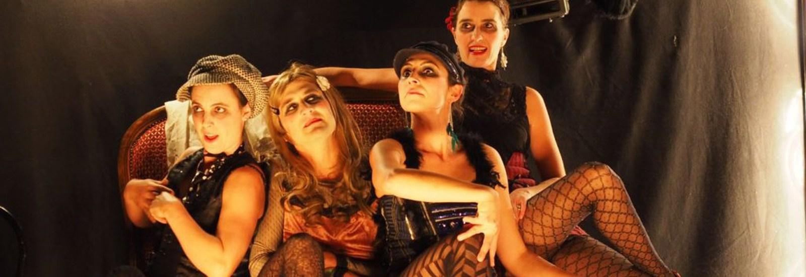 Cabaret tout terrain pour public averti (à partir de 14 ans). Un spectacle qui soulève les tabous et les jupes