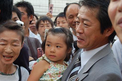 中川郁子さんを抱く中川昭一さん