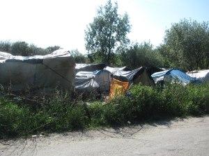 Naprostá vìtšina z 1500 bìžencù v Calais momentálnì pøebývá kolem denního centra Julese Ferryho, kde jsou na pozemcích bývalé skládky rozesetá stanová mìsteèka. Obyvatelé se obvykle sdružují do skupin podle národnosti.;Calais, uprchlíci (18.06.2015)