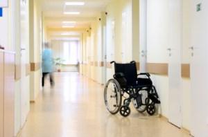 Êðåñëî-êàòàëêà â êîðèäîðå áîëüíèöû.  Wheel chair at the hospital