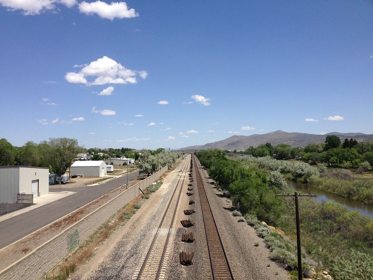 2014-06-04_12_04_00_View_east_along_the_Union_Pacific_Railroad_from_the_5th_Street_Bridge_in_Elko,_Nevada