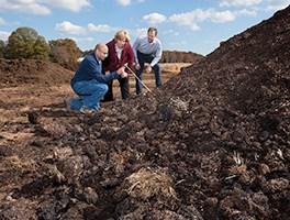 Cubrir las pilas con compost maduro elimina mejor los patógenos durante el compostaje