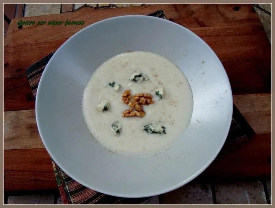 Crema de coliflor con roquefort y nueces garrapiñadas