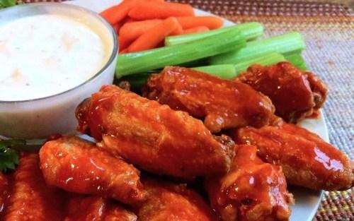 RECETA: Prepara alitas de pollo estilo buffalo y comparte con tus amigos