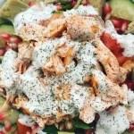 Ensalada de salmón a la plancha y salsa de Kéfir