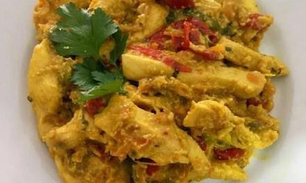 Pollo al pimiento con salsa de kéfir al curry