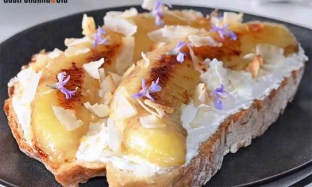 Tostada con kéfir, plátano y coco, un desayuno saludable, rico y reconfortante