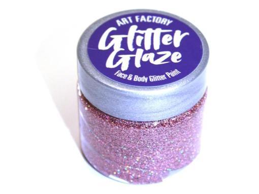 Art Factory Glitter Glaze es ideal para agregar acentos brillantes a tus diseños de pintura facial o para crear diseños completos con brillo. Esta pintura con brillo funciona mejor con niños mayores, ya que toma tiempo para que el producto se seque sobre la piel Glitter Glaze Face & Body Glitter Paint - Rose Gold