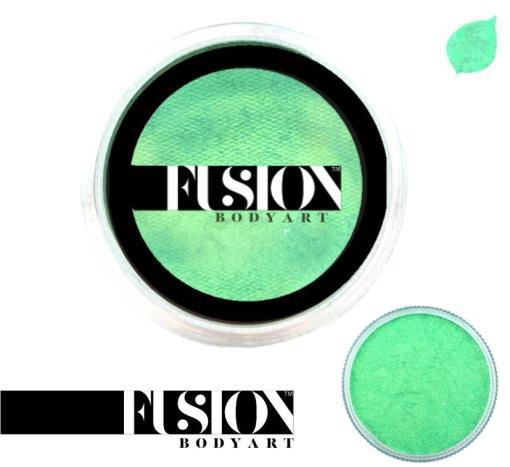 Fusion Body Art Pearl Mint Green es realmente un color único que ninguna otra marca puede igualar. Con una mezcla de tonos azul perla y verde, este color es perfecto para diseños inspirados en pavos reales, Mardi Gras e incluso diseños de sirenas.  Las posibilidades son infinitas con Fusion Body Art Pearl Mint Green, ya que cambia de color según la forma en que la luz lo toque, este es un verdadero color de pintura facial de doble tono. Aplique en capas finas para evitar movimientos súper gruesos que podrían agrietarse cuando se secan. Los Fusion Body Art Face Paints son excelentes para los pintores y cosplayers profesionales, así como para los artistas principiantes y padres que necesitan un producto de pintura facial de alta calidad pero a precio accesible para una fiesta o simplemente por diversión. Face Paint - Pearl Mint Green