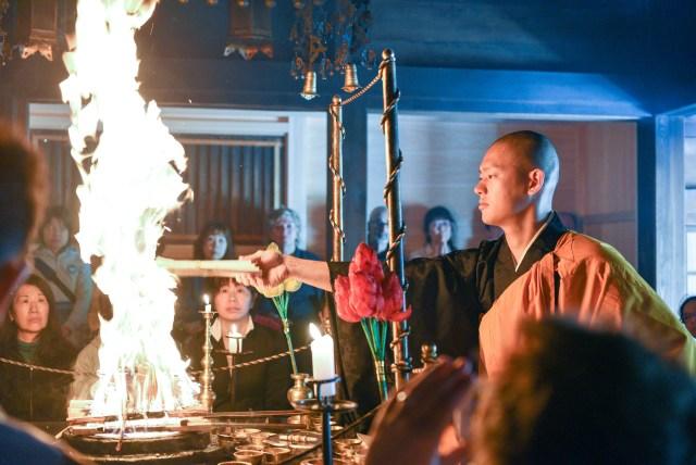 毘沙門天で燃え上がる炎の護摩焚きを間近で見た