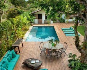 piscina interioara moderna turcoaz cu masa si perne