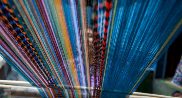 A maya woman uses a belt loom in Santiago Atitlán. Photo: Jeff Abbott/comvite