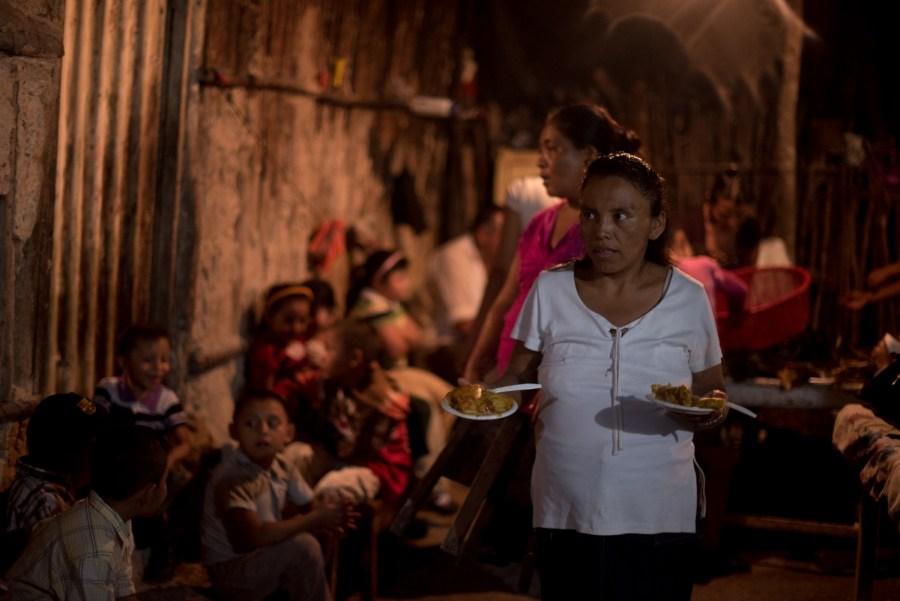 """Women share """"boyuelos"""" a type of tamale for those in the """"Holy Spirit Procession"""". Photo: Santiago Billy/comvite"""