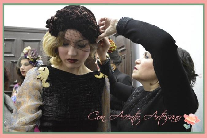 Angela de Taller de Diseño en backstage ultimando a las modelos