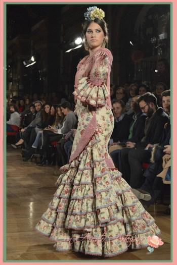 Vestido de flamenca estampado de flores vintage en tonos beiges de Luisa Perez