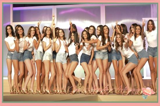 Las 23 candidatas a Miss World Sevilla vestidas con shorts denim y camisetas de The Style Outlets
