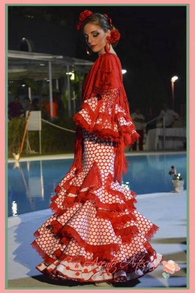 Vestido de flamenca rojo de lunares blancos de Melisa Lozano