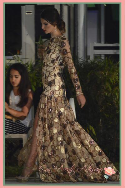Vestido de noche en dorado de Melisa Lozano