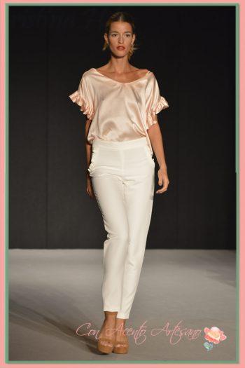 Pantalón pitillo y camisa de mangas de capa en rosa cuarzo de MCH - María Cristina Hernández