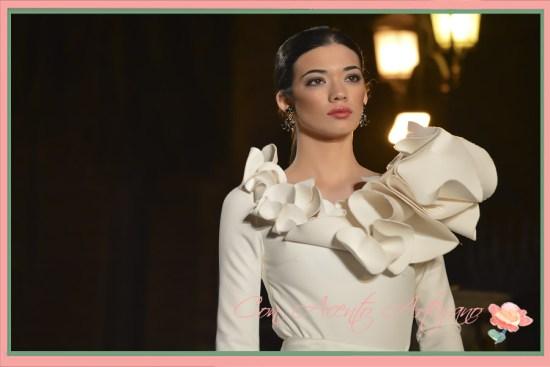 Detalle al hombro en vestido de Julián Ortiz