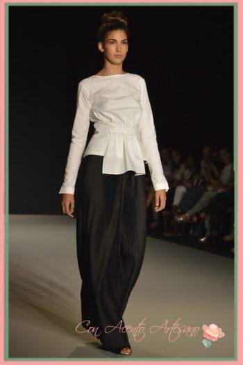 Estilismo en blanco y negro de falda plisada de Leyre Valiente