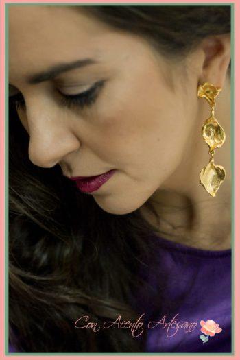Pendientes largos de Rocío Porres, maquillaje y peinado de Verónica Carrión