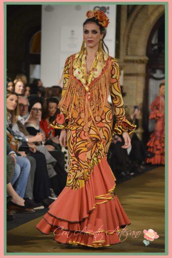 Traje de flamenca en naranja y amarillo con estampado sesentero de Ángeles Verano en We Love Flamenco 2017