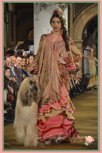 Alejandra Sánchez Nolting vestida de Ángeles Verano y acompañada de un perro en el desfile de este 2017 en We Love Falmenco
