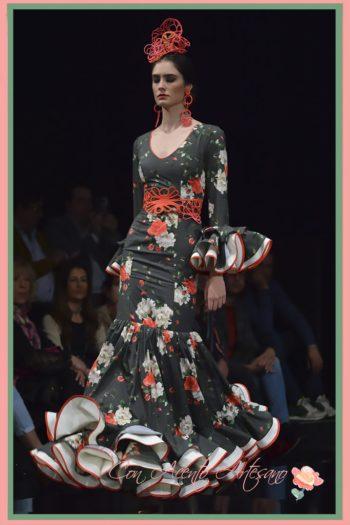 Flor, peina, pendientes y cinturón en rojo de Loletesdebú para Hita y Arcos